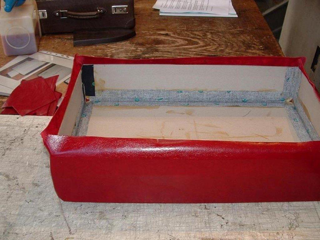 koffer-rot-entstehung-mit-einem-besonderem-verschluss-02