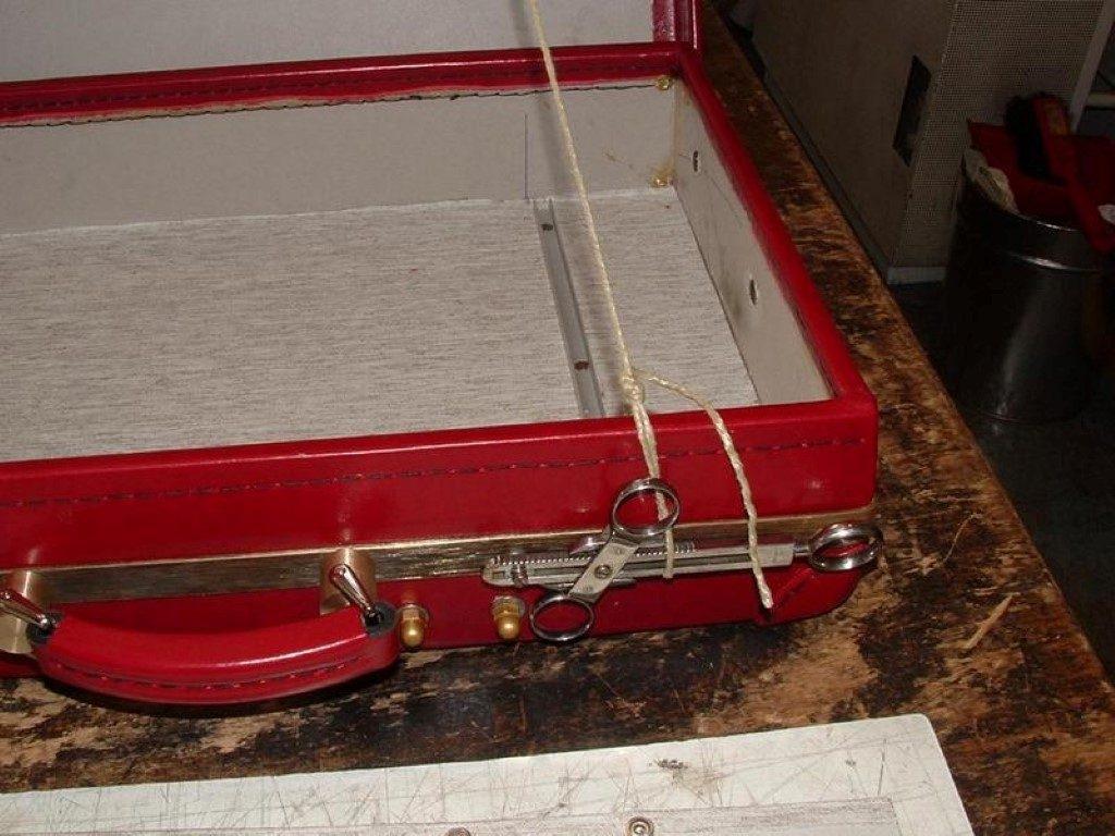 koffer-rot-entstehung-mit-einem-besonderem-verschluss-19