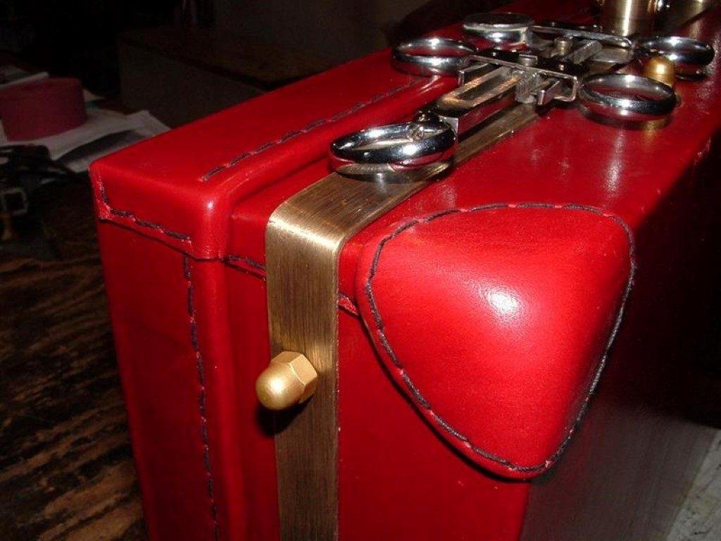 koffer-rot-entstehung-mit-einem-besonderem-verschluss-24