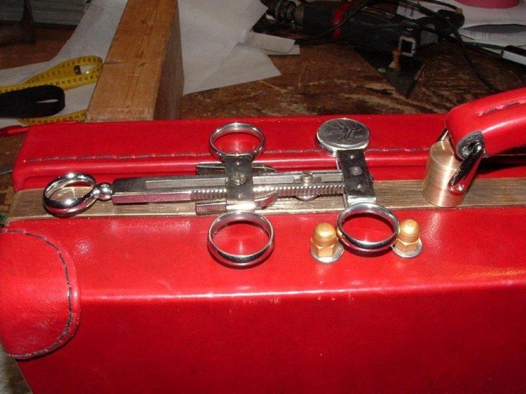 koffer-rot-entstehung-mit-einem-besonderem-verschluss-25