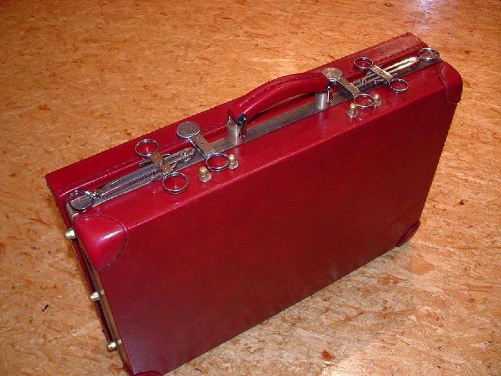 koffer-rot-entstehung-mit-einem-besonderem-verschluss-27