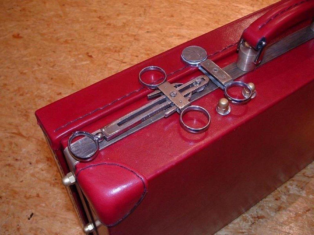 koffer-rot-entstehung-mit-einem-besonderem-verschluss-28