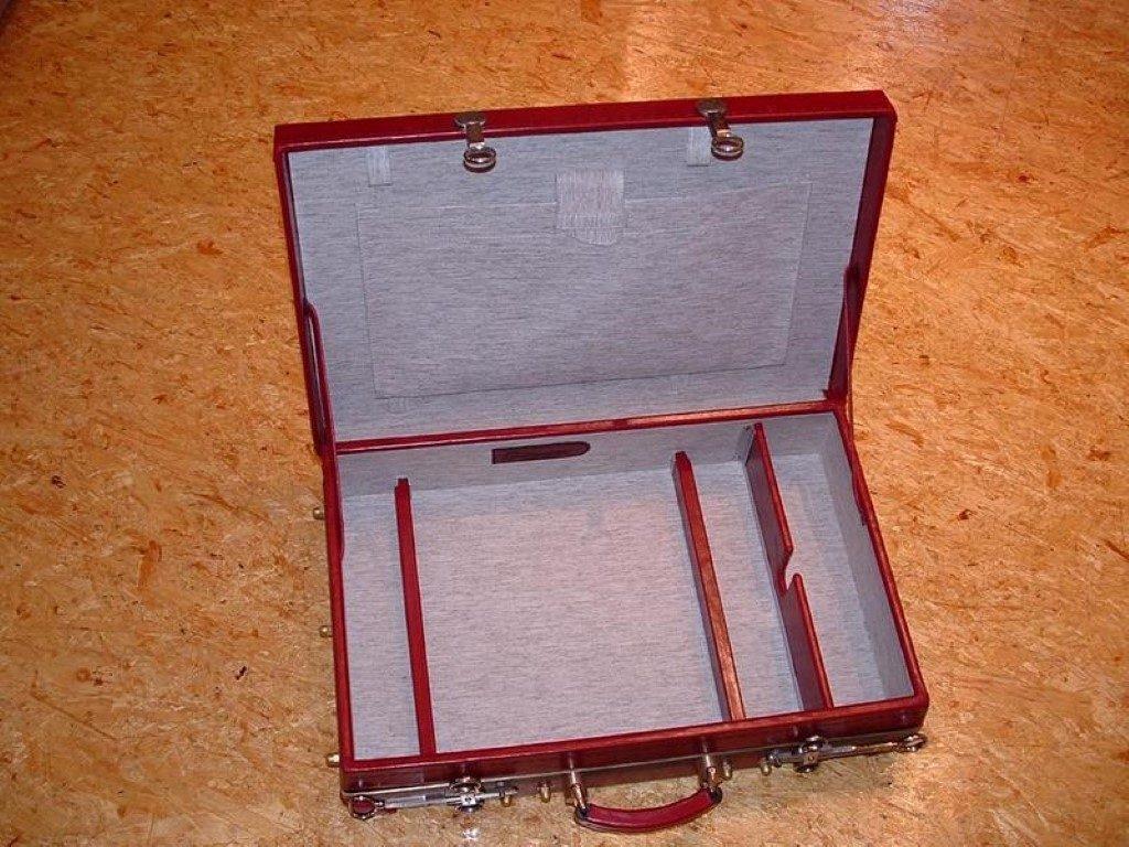 koffer-rot-entstehung-mit-einem-besonderem-verschluss-30