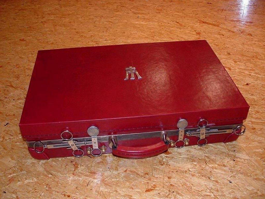 koffer-rot-entstehung-mit-einem-besonderem-verschluss-36