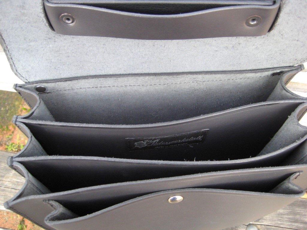 handtasche-post-mit-vier-faechern-aus-schwarzem-mitteldickem-rindleder-1