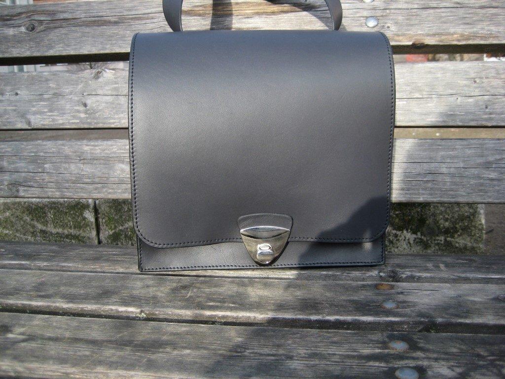 handtasche-post-mit-vier-faechern-aus-schwarzem-mitteldickem-rindleder-2