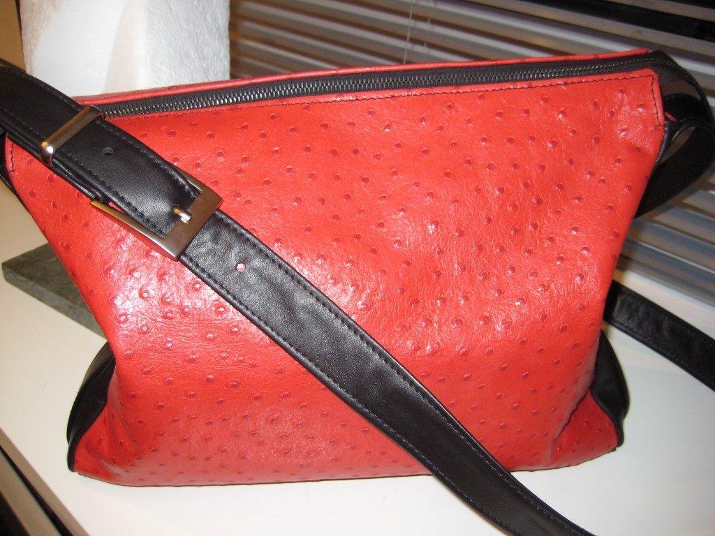 handtasche-rot-schwarz.-rindleder-auf-strauss-gepraegt-2