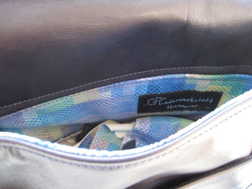 klappentasche-schwarzes-rindleder-reissverschlussfaecher-aussen-und-innen-und-ein-vorfach-1