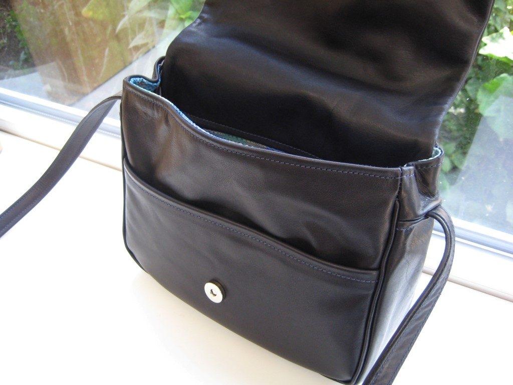 klappentasche-schwarzes-rindleder-reissverschlussfaecher-aussen-und-innen-und-ein-vorfach-4