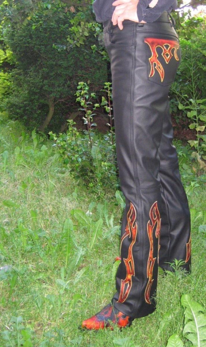 flammenlederhose-schwarz-mit-rote-gelben-flammen-2