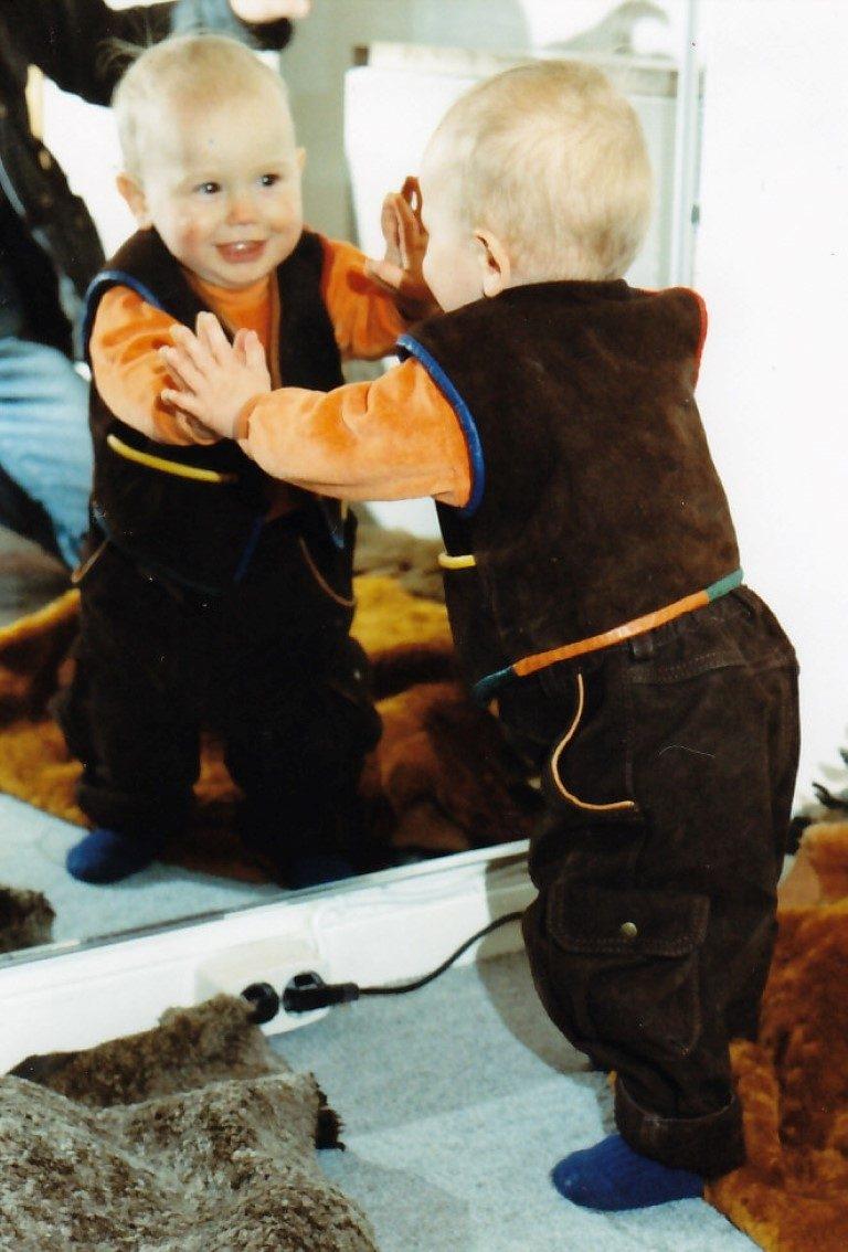 lammfellweste-mit-bunten-lederpaspeln-und-eine-kinderlederhose-aus-wasserbueffelleder-im-cargostil-1
