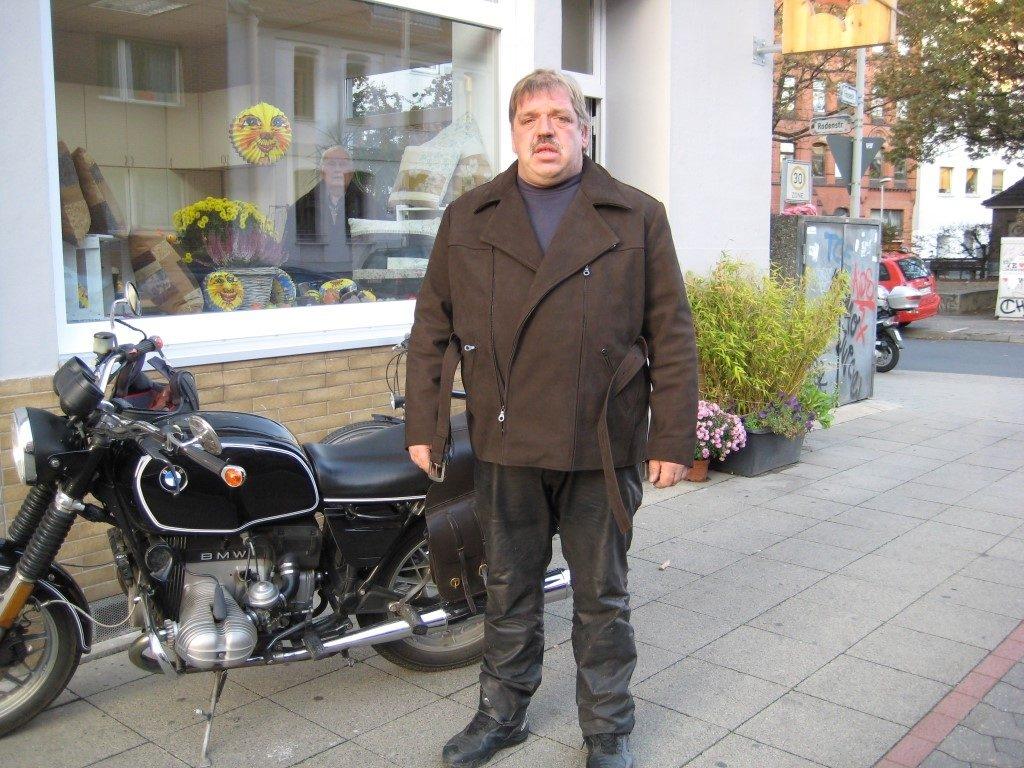 klassische-bikerjacke-im-dreiviertel-stil-mit-guertel-und-aermelreissverschluessen-zum-enger-machen-aus-wasserbueffel-2