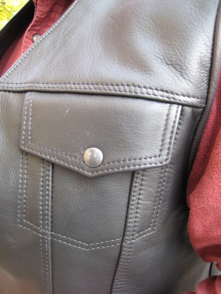 kutte-aus-dickem-rindleder-schwarz-mit-erweiterungsstueck-um-die-kutte-ueber-einer-jacke-tragen-zu-koennen-3