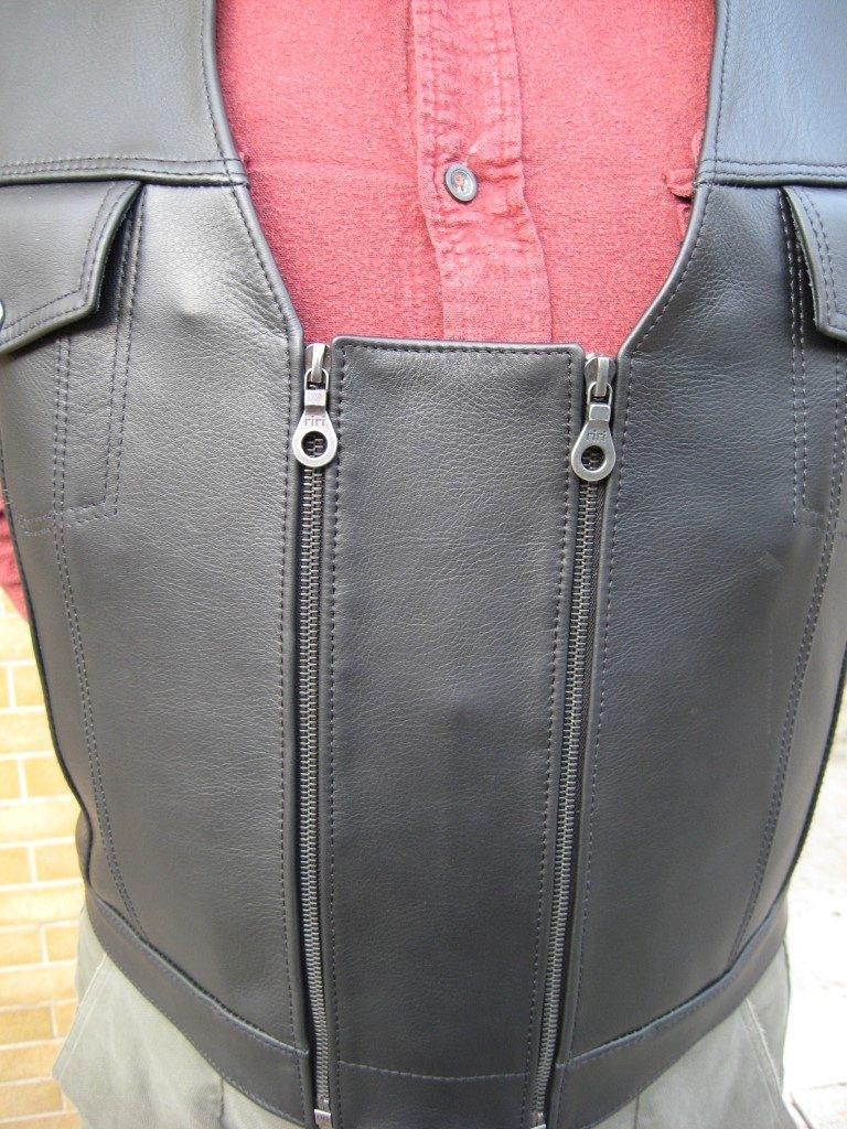 kutte-aus-dickem-rindleder-schwarz-mit-erweiterungsstueck-um-die-kutte-ueber-einer-jacke-tragen-zu-koennen-4